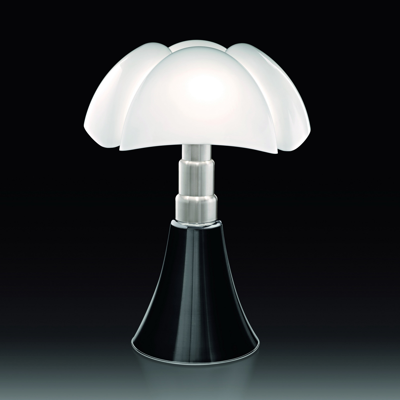timeless design pipistrello table lamp by gae aulenti for. Black Bedroom Furniture Sets. Home Design Ideas